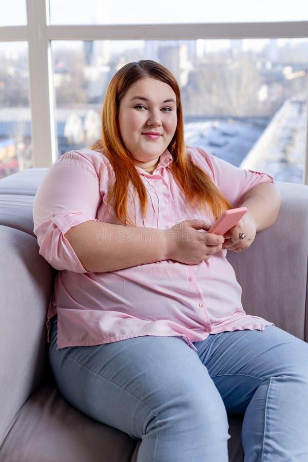Mujer alegre positiva que est? en un buen humor imagen de archivo libre de regalías