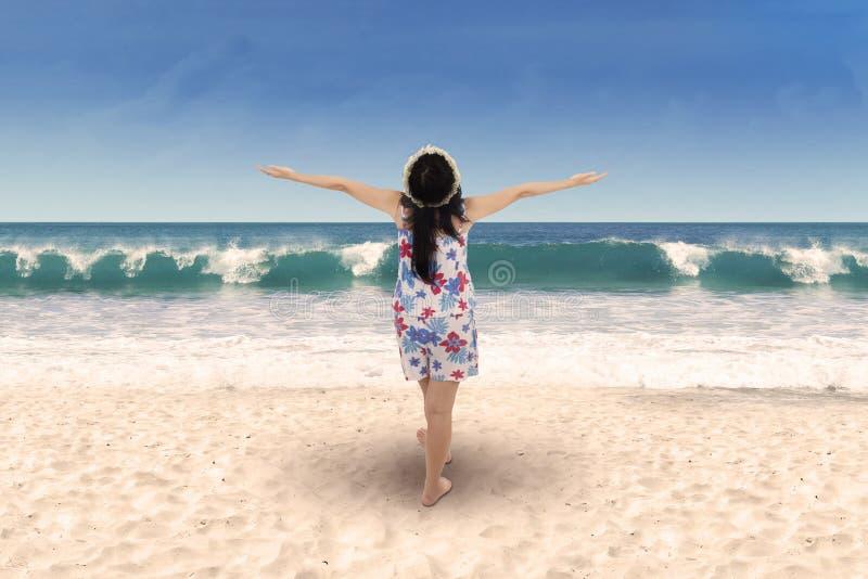 Mujer alegre que goza del aire fresco 1 fotografía de archivo