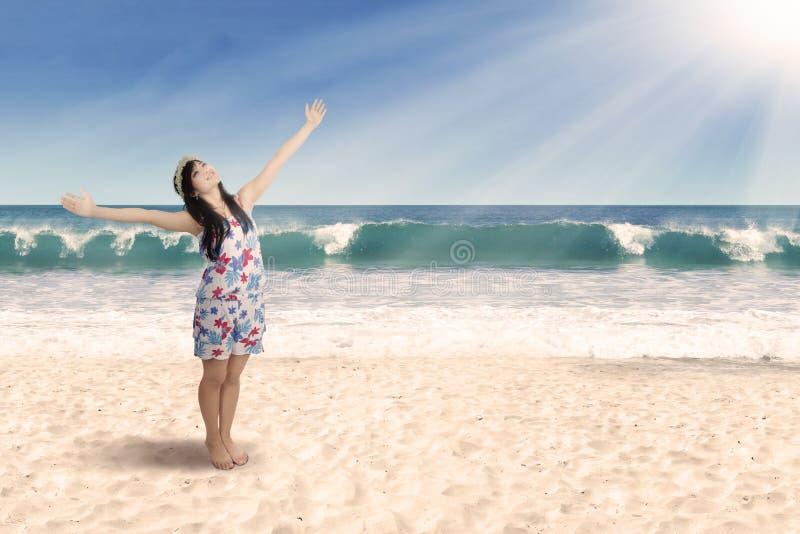 Mujer alegre que goza del aire fresco imágenes de archivo libres de regalías