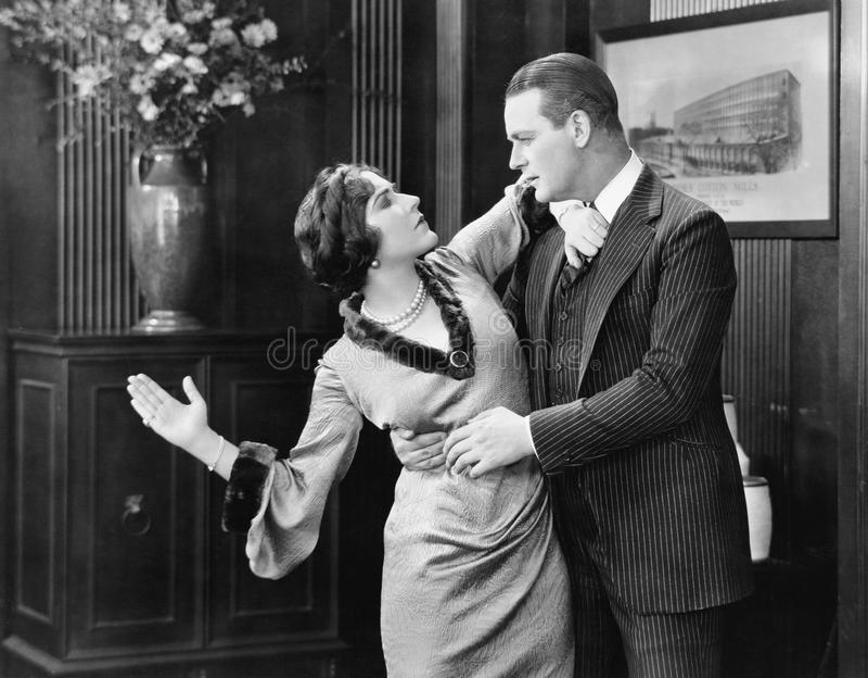 Mujer alrededor para dar una palmada a un hombre en la cara (todas las personas representadas no son vivas más largo y ningún est foto de archivo