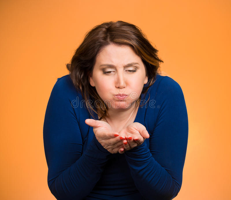 Mujer alrededor a vomitar foto de archivo