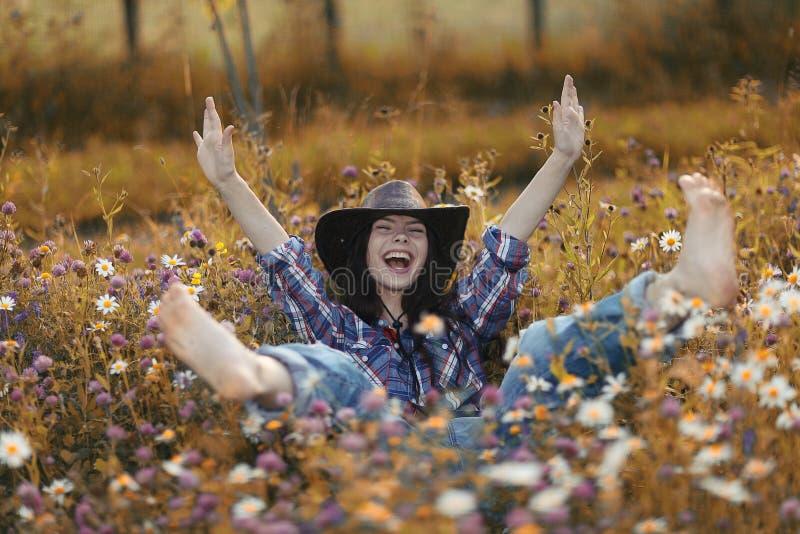 Mujer americana feliz en flores salvajes foto de archivo