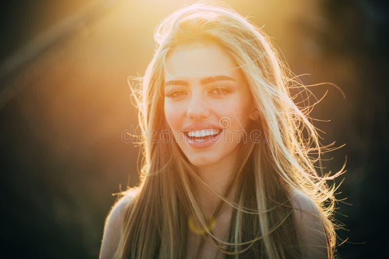 Mujer americana Sonrisa y hermoso perfectos Sonrisa, labios y dientes Girl modelo con los dientes blancos y perfecto hermosos foto de archivo libre de regalías