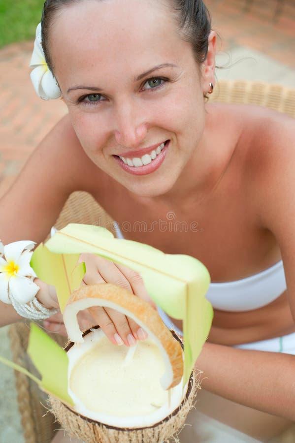 Mujer animada con el coctel de la leche imagenes de archivo
