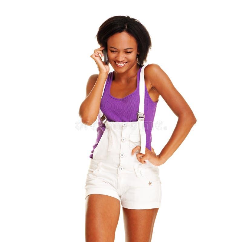 Mujer animada que habla en el teléfono móvil fotografía de archivo