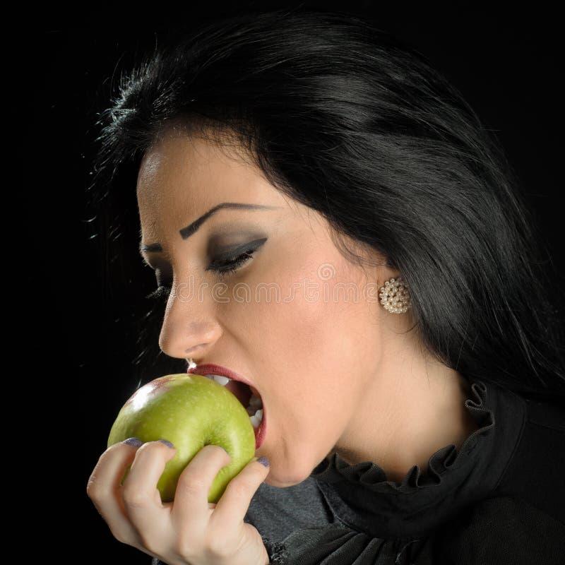 Mujer Apple verde penetrante fotos de archivo libres de regalías