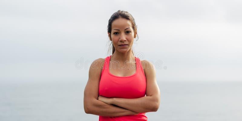 Mujer apta deportiva acertada imagen de archivo