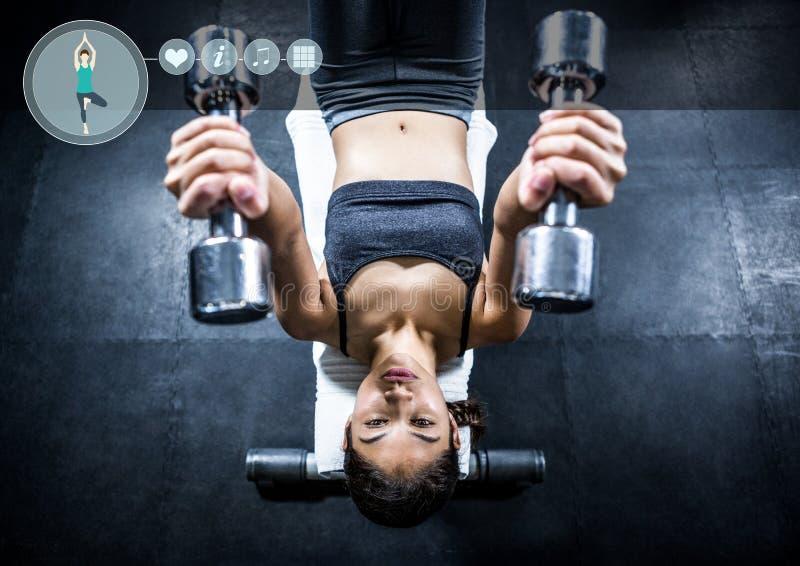 Mujer apta perfroming ejercicio del banco plano en gimnasio contra fondo del interfaz i n de la aptitud fotos de archivo libres de regalías