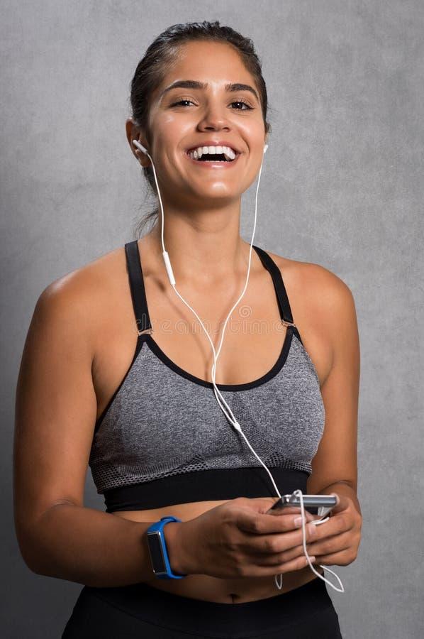 Mujer apta que disfruta de música foto de archivo libre de regalías
