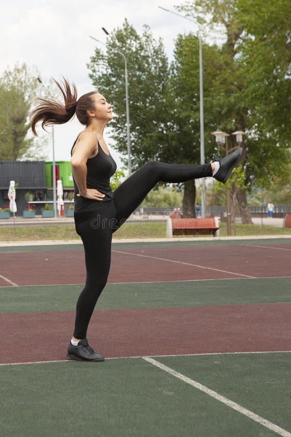 Mujer apta que ejercita al aire libre, forma de vida y concepto sanos del ejercicio fotos de archivo