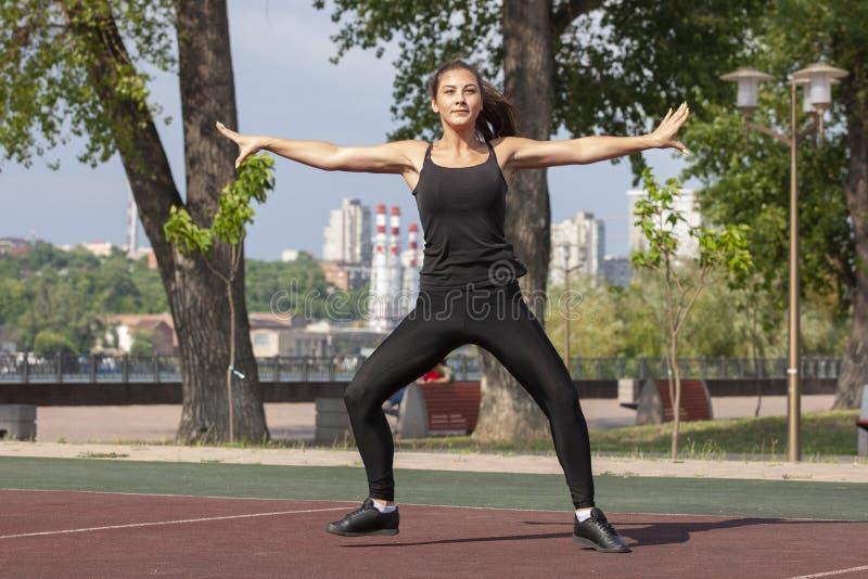 Mujer apta que ejercita al aire libre, forma de vida y concepto sanos del ejercicio fotos de archivo libres de regalías