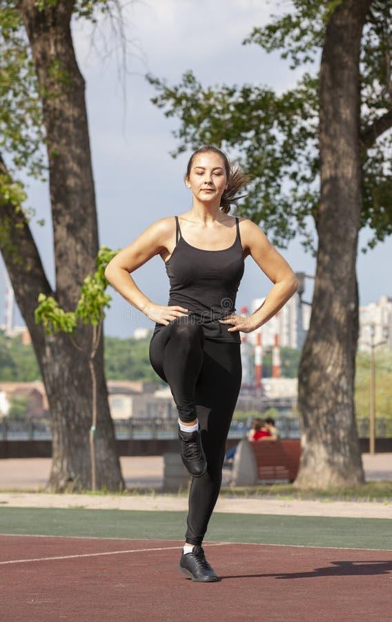 Mujer apta que ejercita al aire libre, forma de vida y concepto sanos del ejercicio foto de archivo
