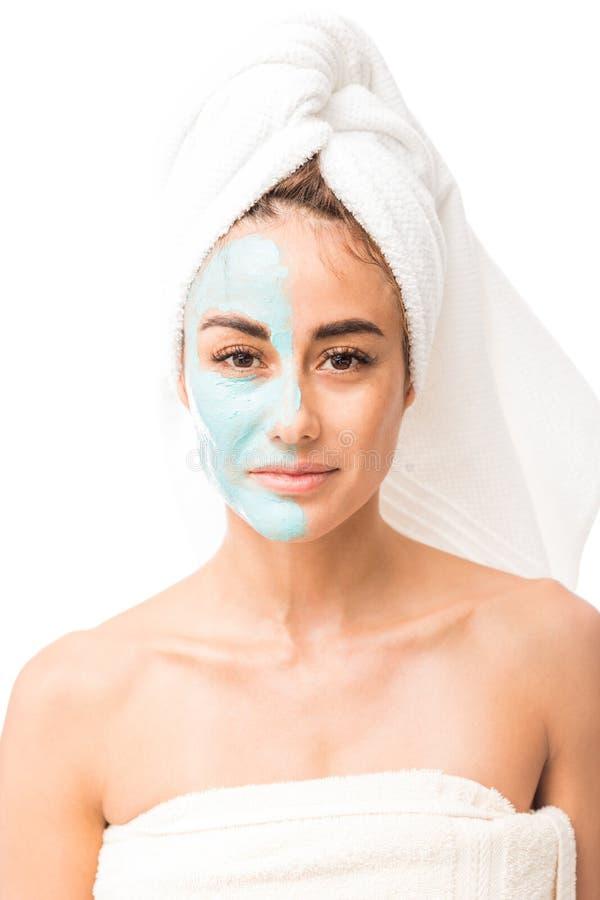 Mujer apuesta con la crema de elevación aplicada en su cara imagen de archivo