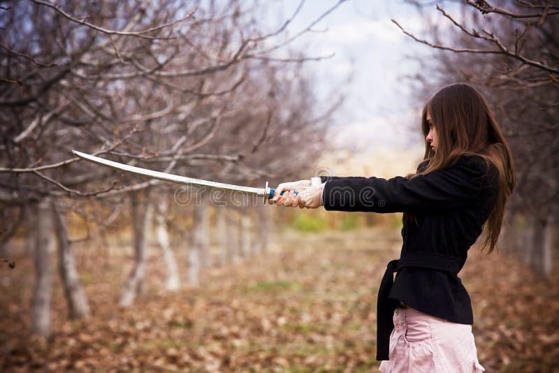 Mujer armada de los jóvenes imagen de archivo