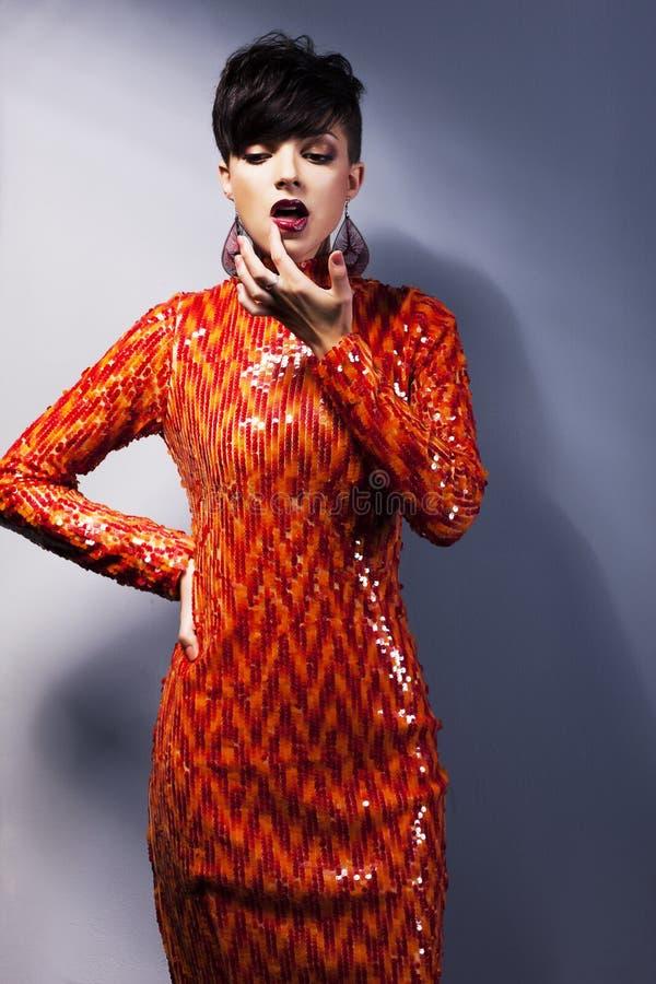 Mujer arrogante con estilo en alineada roja. Estilo de la manera imagen de archivo