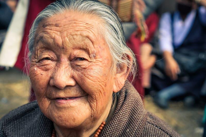Mujer arrugada sonriente en Bihar fotos de archivo