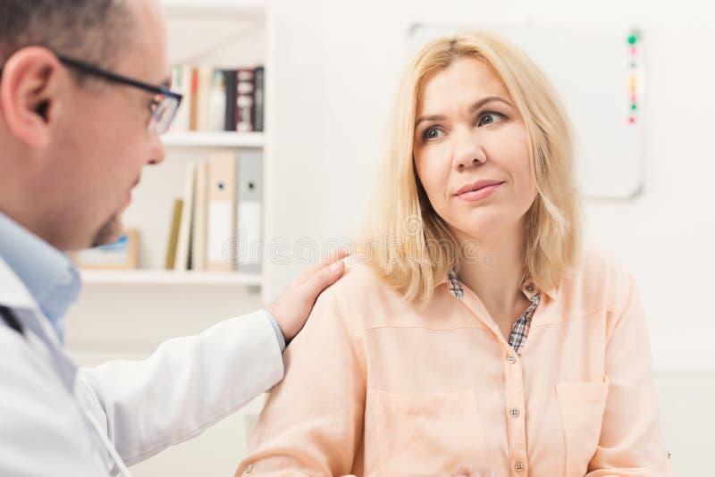 Mujer asesor del doctor en hospital fotografía de archivo libre de regalías