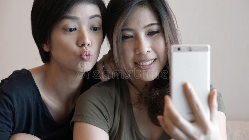 Mujer asiática adulta madura dos que toma la foto, selfie usando pho de la célula imagen de archivo