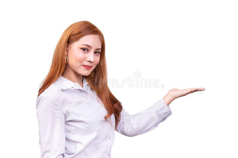 Mujer asi?tica alegre que presenta un espacio vac?o de la copia en la palma abierta de la mano aislada en el fondo blanco con la  imagen de archivo libre de regalías