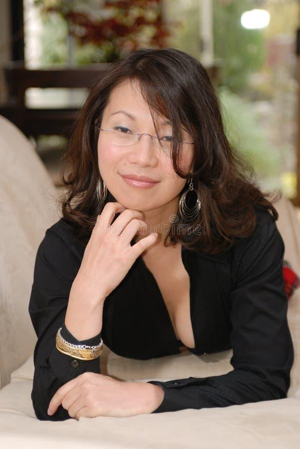 Mujer asiática atractiva foto de archivo
