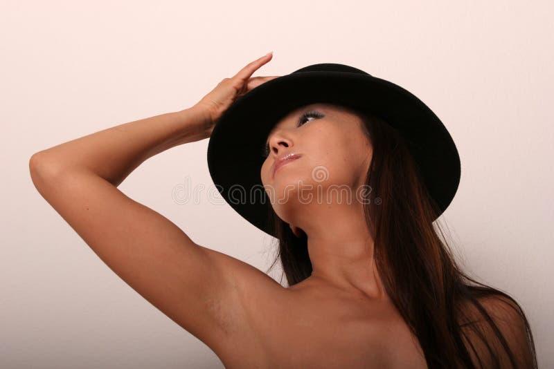 Mujer asiática atractiva en sombrero fotos de archivo libres de regalías