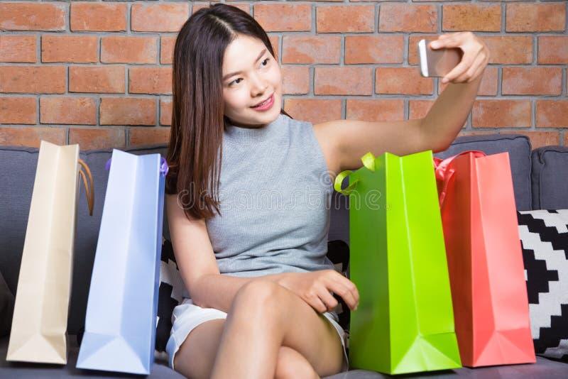 Mujer asiática atractiva joven que le toma el selfie con su pH elegante imagenes de archivo