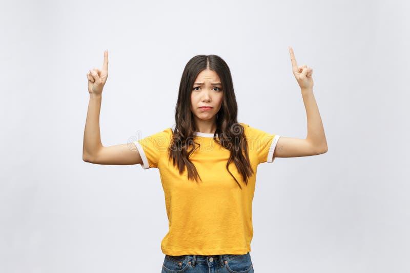 Mujer asiática atractiva joven que señala al finger con la emoción infeliz fotos de archivo libres de regalías