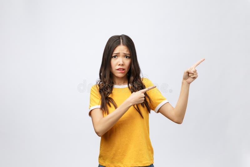 Mujer asiática atractiva joven que señala al finger con la emoción infeliz foto de archivo libre de regalías