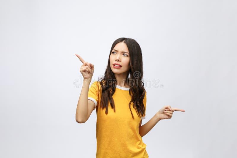 Mujer asiática atractiva joven que señala al finger con la emoción infeliz fotos de archivo