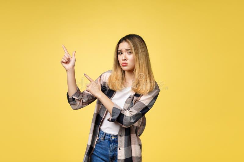 Mujer asiática atractiva joven que señala al finger con la emoción infeliz imagen de archivo libre de regalías
