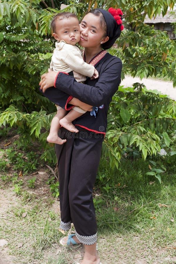 Mujer asiática con el bebé en el traje nacional, Laos imágenes de archivo libres de regalías