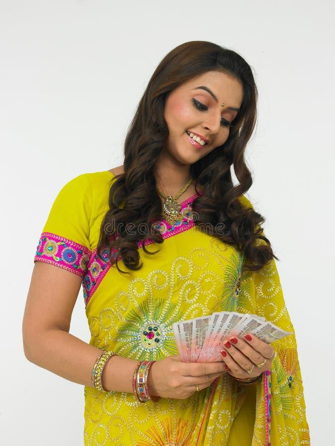 Mujer asiática con el dinero indio imagenes de archivo