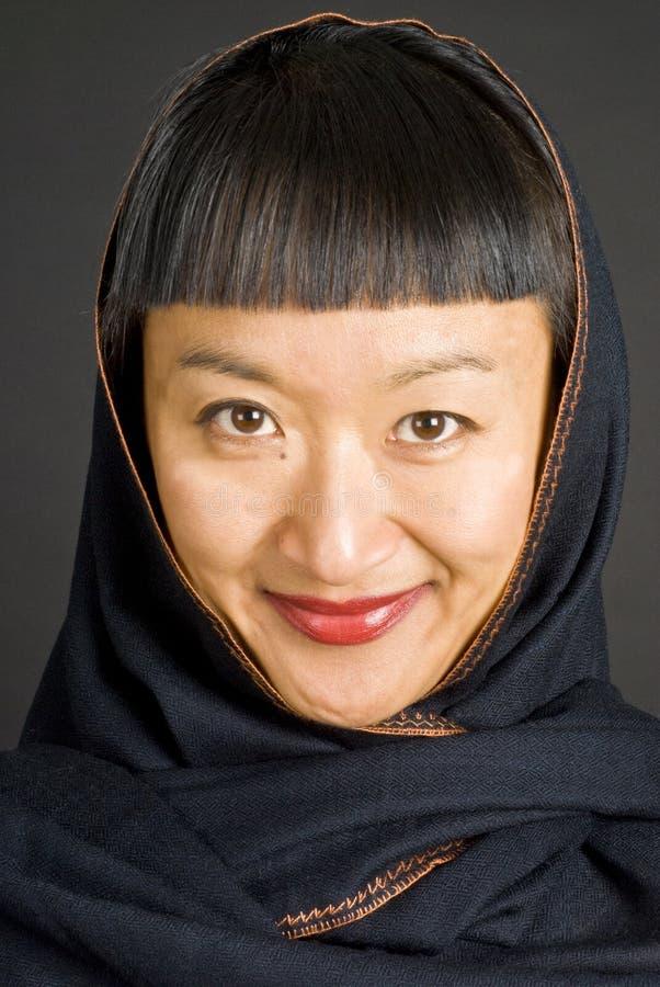 Mujer asiática con el pañuelo foto de archivo