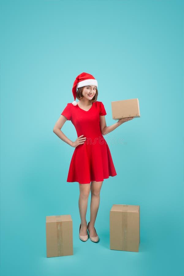 Mujer asiática con el regalo de la Navidad del control de Papá Noel de la Navidad foto de archivo