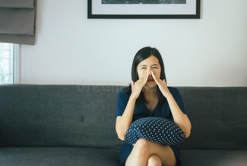 Mujer asiática con el sino y sufrir de la sinusitis, de la mano femenina tocando alérgico de la nariz, sano y nasal foto de archivo libre de regalías