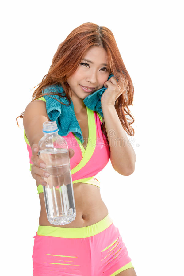 Mujer asiática con la botella de agua y la toalla después del ejercicio imagen de archivo libre de regalías