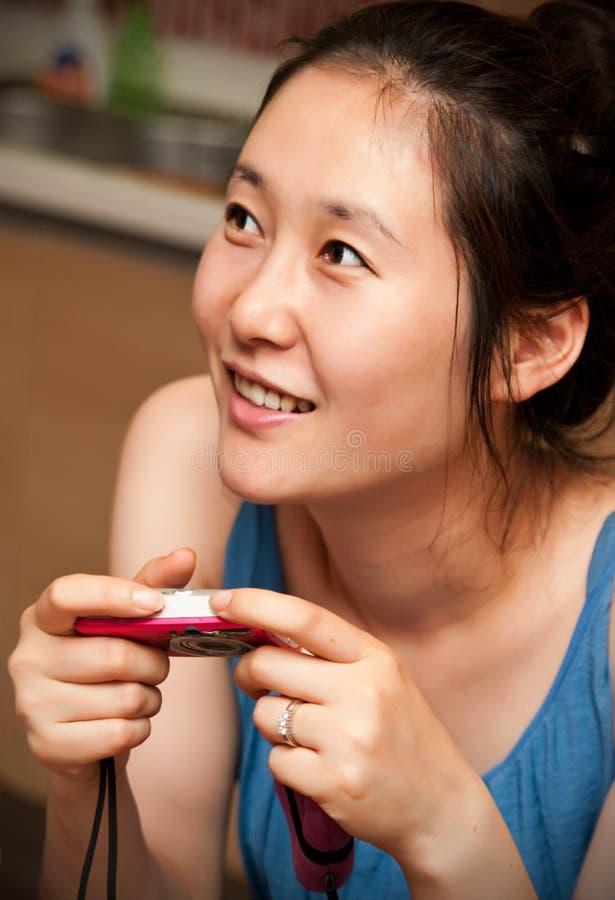 Mujer asiática con la cámara imagen de archivo libre de regalías