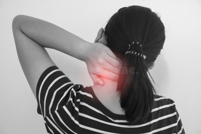 Mujer asiática con lesión del músculo que tiene dolor en su cuello fotos de archivo