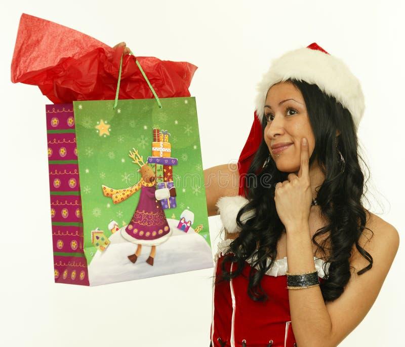 Mujer asiática con los regalos de la Navidad imagenes de archivo