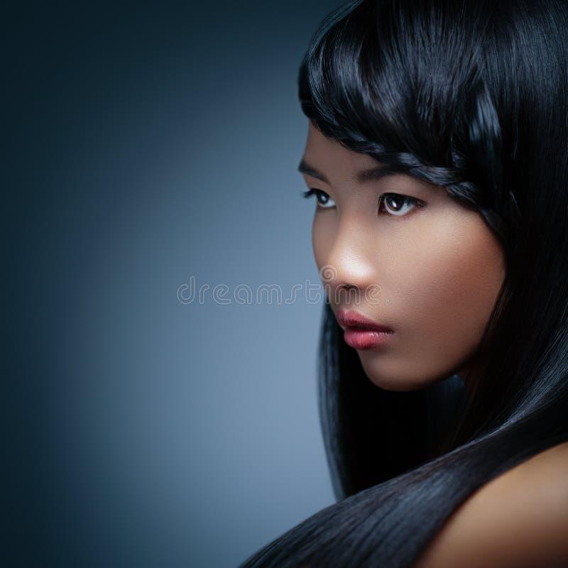 Mujer asiática con una trenza fotos de archivo