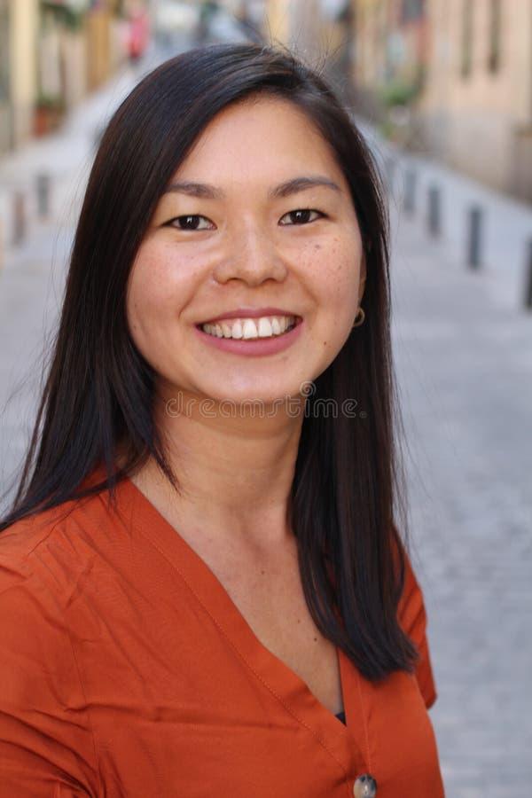 Mujer asiática contemporánea al aire libre en la ciudad imagen de archivo libre de regalías