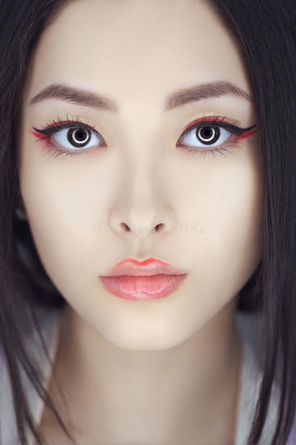 Mujer asiática de la belleza con maquillaje creativo Retrato del primer imagenes de archivo