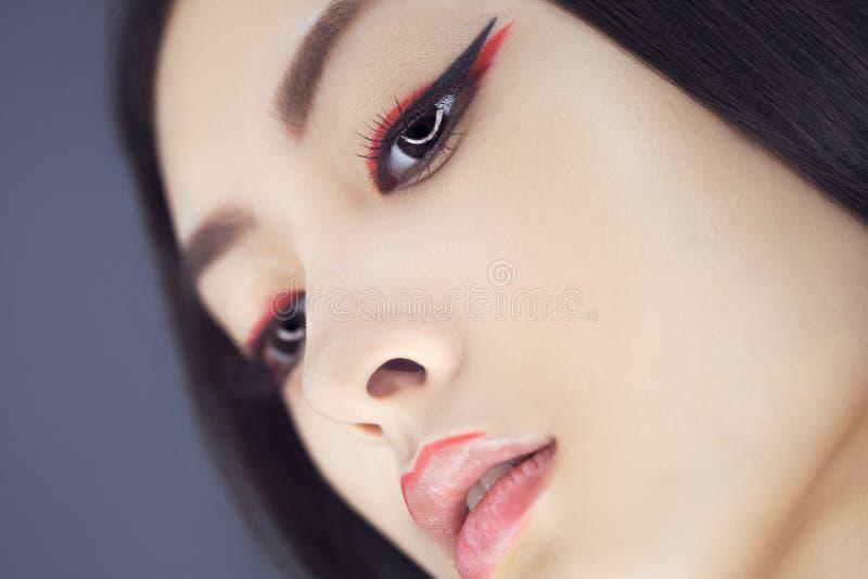 Mujer asiática de la belleza con maquillaje creativo Retrato del primer fotos de archivo
