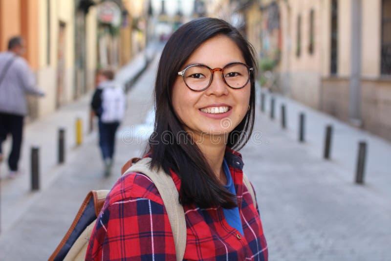 Mujer asiática de mirada Nerdy al aire libre foto de archivo