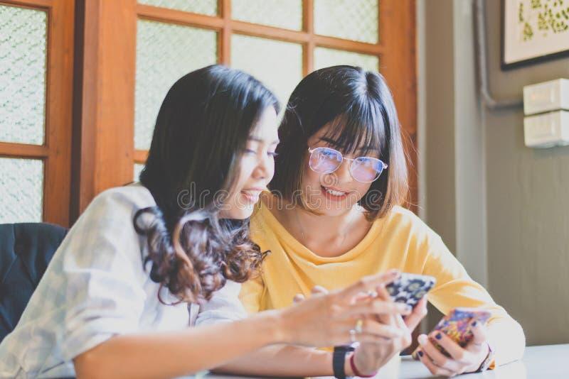 Mujer asiática del estudiante hermoso que usa el teléfono elegante y trabajando informe imagen de archivo