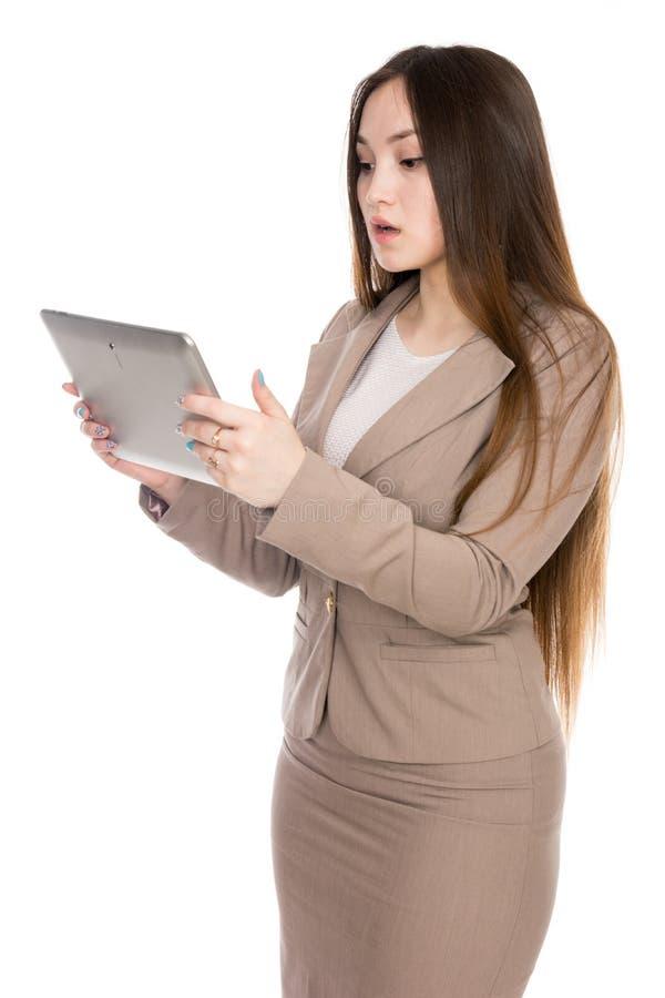 Mujer asi?tica del retrato con la tableta del ordenador port?til aislada sobre el fondo blanco foto de archivo
