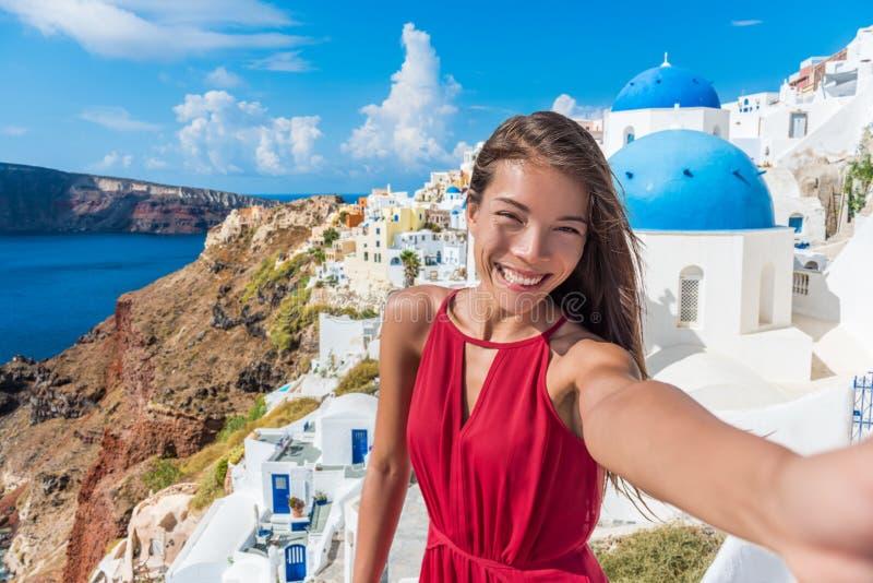 Mujer asiática del selfie del viaje de Europa en Oia Santorini foto de archivo libre de regalías