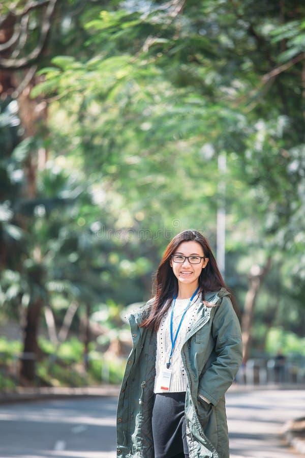 Mujer asiática del trabajo con ropa de sport en al aire libre foto de archivo libre de regalías