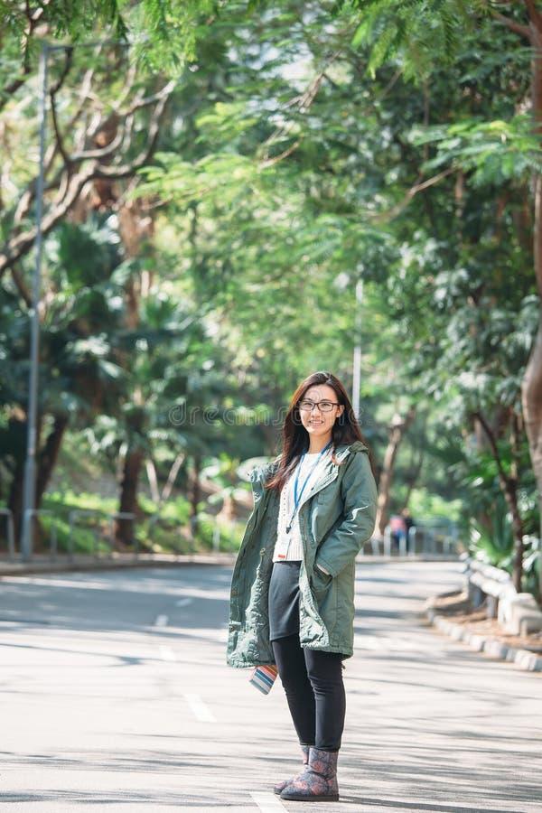 Mujer asiática del trabajo con ropa de sport en al aire libre fotos de archivo libres de regalías