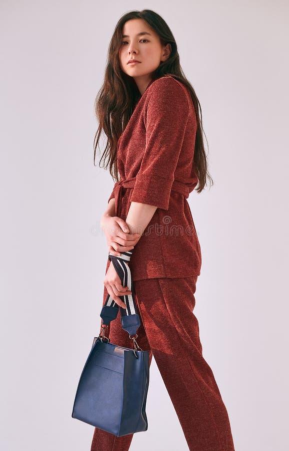 Mujer asiática elegante en traje rojo de moda foto de archivo